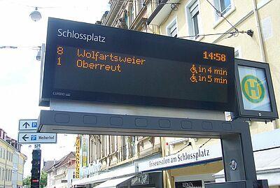 KVV-Anzeigetafel am Durlacher Schlossplatz. Foto: om