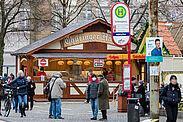 Kulinarischen Leckereien konnten vor der Karlsburg im Advent angeboten werden – allerdings nicht zum Verweilen und ohne Glühwein. Foto: cg