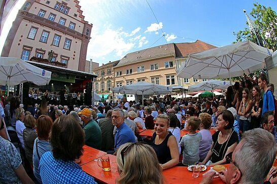 Juli - Riesen Jubiläum: Das 40. Altstadtfest, Spatenstich der neuen dm-Zentrale in Durlach und KSV gewinnt Schubkarrenrennen (10 Galerien)