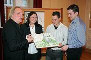 Foto (om) v.l.: Prof. Dr.-Ing. Gerhard Loeschcke, Ortsvorsteherin Alexandra Ries und Studierende der Hochschule Karlsruhe