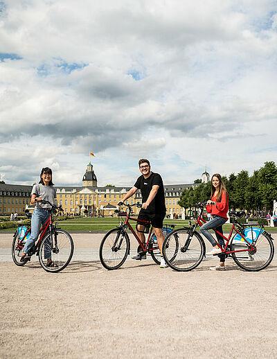 Studierende mit ihrem Draisler-Rad. Foto:pia