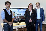 Zufrieden mit dem neuen Aushängeschild: Regisseur Serdar Dogan (l.), Ortsvorsteherin Alexandra Ries und Marcus Fränkle von DurlacherLeben. Fotos: cg