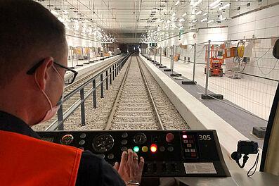 Einfahrt in die Haltestelle Durlacher Tor: Die Bahnsteige sind mit Bauzäunen gegen das Gleisbett gesichert. Foto: KASIG