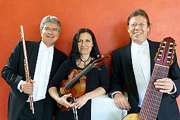 TRIO AVANCE (v.l.): Johannes Hustedt (Flöte), Carolin Kriegbaum (Chinesische Geige & Viola) und Andreas Hiller (10-saitige Gitarre). Foto: pm