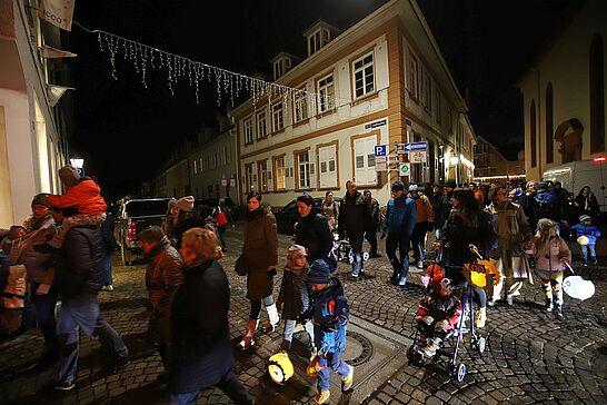 11 Sankt-Martins-Umzug - Laternen, Geschichten und Brötchen zum Teilen: Viele begeisterte Kinder begleiteten Sankt Martin durch Durlach. (61 Fotos)