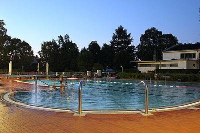 Badegäste können sich am Samstag bis 21.30 Uhr im Wasser tummeln. Foto: Wittemann