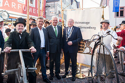 Fahnenübergabe (v.l.) mit OB Dr. Frank Mentrup, Ministerpräsident Winfried Kretschmann und Bad Mergentheims OB Frank Glatthaar. Foto: Fugefoto/KEG