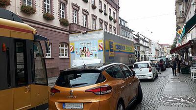 Mitunter chaotische Verkehrsverhältnisse in der Durlacher Fußgängerzone. Foto: cg