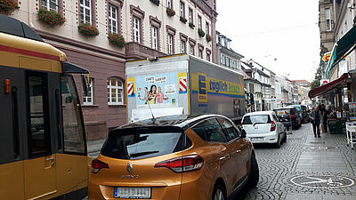 """""""Fußgängerzone"""" – nicht immer in der Pfinztalstraße zwischen Marktplatz und Friedrichschule. Foto: cg"""