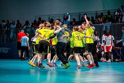 So sehen Sieger aus! Die deutschen Unified-Handballer feiern nach dem Schlusspfiff ausgelassen ihren Sieg gegen Kenia. Foto: Klahn/SOD