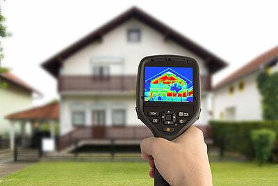 Thermografie macht Wärmeverluste bei Gebäuden sichtbar. Foto: KEA