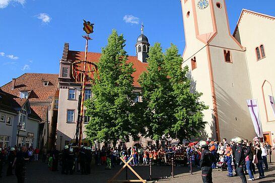 30 Maibaumstellen in Durlach - Der Maibaum wurde auf dem Saumarkt durch die Freiwillige Feuerwehr gestellt. In diesem Jahr zum ersten Mal mit einem kleinen Fest. (23 Fotos/1 Video)
