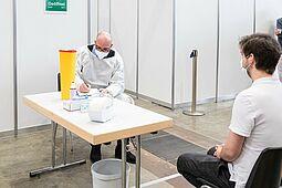 Impfzentrum Messe Karlsruhe: In den kommenden Wochen wird Impfstoff weiterhin knapp sein. Foto: cg