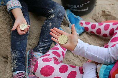 Große Schatzsuche vor der Karlsburg beim Kindertag des Pfinzgaumuseums. Foto: cg