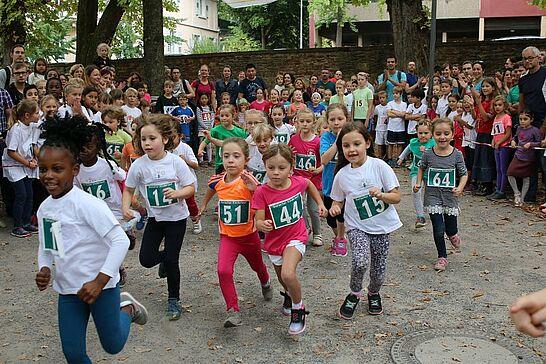 30 Turmberglauf: Kinderlauf - Etwa 250 Kinder in verschiedenen Altersklassen nahmen am Kinderlauf im Schlossgarten teil. (38 Fotos)