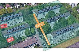 """Energieversorgungskonzept """"Smartes Quartier Karlsruhe-Durlach"""" mit Photovoltaik, zwei dezentralen Wärmepumpen und einem BHKW mit Nahwärmeleitung. Grafik: Google Earth, Map data: Google, GeoBasis-DE/BKG"""