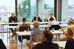 CIK-Geschäftsführer Frank Theurer (l.) hörte gemeinsam mit Oberbürgermeister Dr. Frank Mentrup (Mitte) und Björn Weiße (r.), Leiter des Ordnungs- und Bürgeramtes, genau zu. Foto: Brenner/CIK