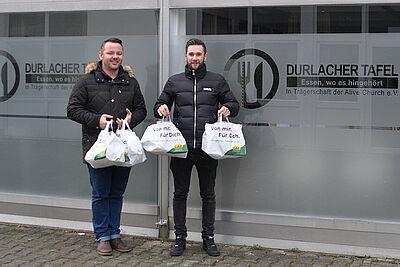 Marktleiter Niko Sandhaas (rechts) übergab 55 Spendentüten an Heiko Zienecker von der Durlacher Tafel. Foto: Lebenshilfe Karlsruhe.