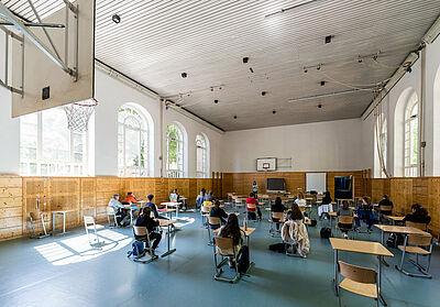 Auf Abstand während der Corona-Pandemie: Unterricht in der Turnhalle des Markgrafen-Gymnasiums. Foto: cg