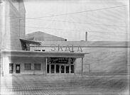 """Eingang des Kinos """"Skala"""" in der Pfinztalstraße 92a in Durlach (1954). Foto: Stadtarchiv Karlsruhe, 8/BA Schmeiser 10264"""