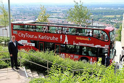 Bestens angenommen: Seit Sommer 2016 kann man Karlsruhe auch per Busrundfahrt erkunden. Foto: cg