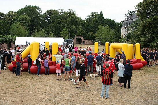 28 Menschen-Kicker-Turnier von Durlacher.de - Bereits zum 3. Mal fand das Turnier auf dem Weiherhofgrünzug statt, bei dem Menschen zu Kickerfiguren werden. (202 Fotos)
