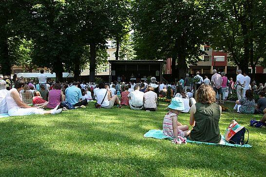 09 Ökumenischer Gottesdienst im Schlossgarten - Am Pfingstmontag wurde zum zweiten Mal im Schlossgarten Durlach ein ökumenischer Gottesdienst gefeiert. (43 Fotos)