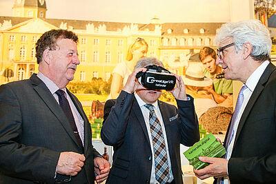 KTG-Geschäftsführer Klaus Hoffmann (rechts) präsentierte Minister Guido Wolf (Mitte) Karlsruhe digital. Fotos: cg