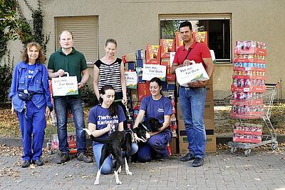 CAP-Mitarbeiter übergaben die gespendeten Tüten an den Karlsruher Tierschutzverein. Foto: pm