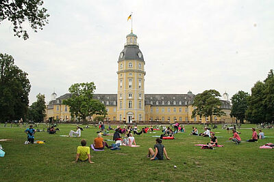 Frühsport am Schloss. Foto: Schwitalla/INI