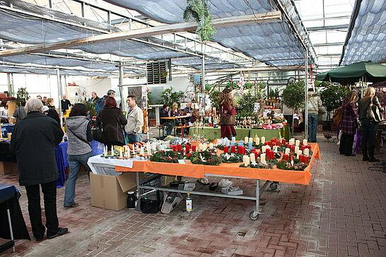 11 Weihnachtsmarkt für einen guten Zweck - Weihnachtsdeko, Schmuck und Glühwein für einen guten Zweck: Der traditionelle Weihnachtmarkt fand 2009 an neuem Ort statt. (13 Fotos)