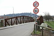 Im Fokus der Sanierungsarbeiten steht die alte Stahlfachwerkbrücke. Fotos: cg / Kartendaten: OpenStreetMap-Mitwirkende