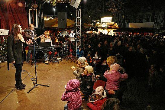 30 Eröffnung des Mittelalterlichen Weihnachtsmarkts - Traditionell findet die offizielle Eröffnung des Mittelalterlichen Weihnachtsmarkts vor der Karlsburg am Freitag vor dem 1. Advent statt. (28 Fotos)