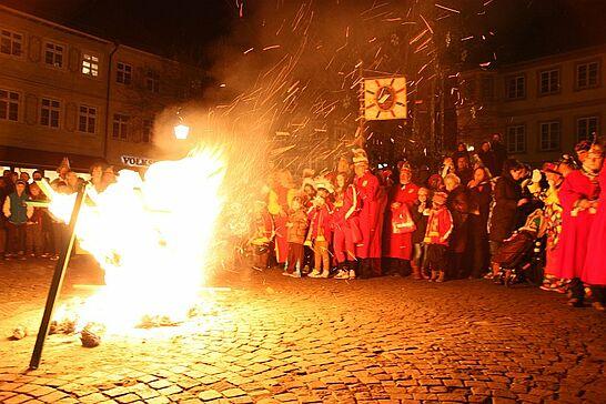 04 Fastnachtsbeerdigung - Am Abend des Faschingdienstags bricht auf dem Marktplatz mit der Fastnachtsbeerdigung das Ende der närrischen Zeit in Durlach herein. (47 Fotos)