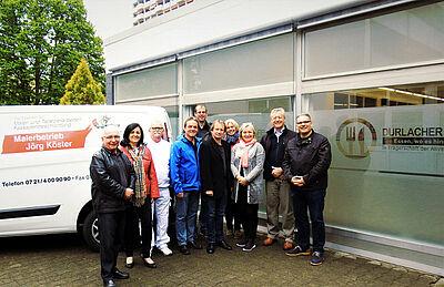 """Gemeinsame Freude über den neuen Anstrich bei der """"Durlacher Tafel"""". Foto: pm"""