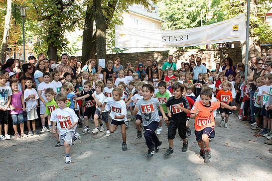 01 Turmberglauf: Kinderlauf - Etwa 230 Kinder in verschiedenen Altersklassen nahmen am Kinderlauf im Schlossgarten Teil. (27 Fotos)