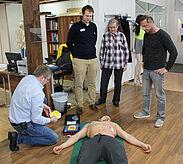 Uwe Heimburger demonstrierte dem PSV-Team den korrekten Einsatz des Defibrillators. Foto: Schwitalla/PSV