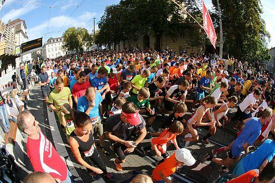 03 23. Durlacher Turmberglauf: 10-km-Volkslauf - Der Turmberglauf ist ein flacher, schneller Stadtlauf mit einem kleinen Ausflug ins Grüne - 2015 zum 23. Mal. (109 Fotos)
