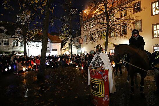 09 Sankt-Martins-Umzug - Laternen, Geschichten und Brötchen zum Teilen: Viele begeisterte Kinder begleiteten Sankt Martin durch Durlach. (59 Fotos)