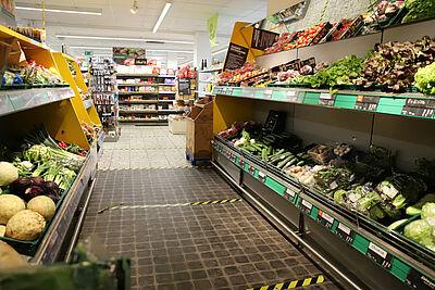 Markierungen auf dem Boden weisen Kunden und Mitarbeiter auf den Sicherheitsabstand von 1,5 Metern hin. Foto: cg