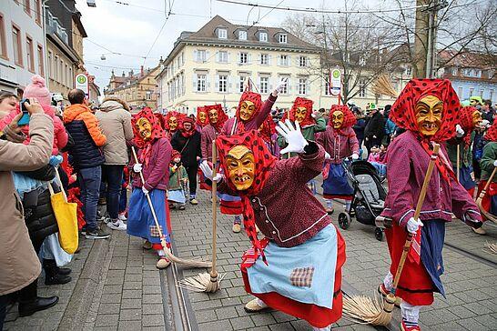 23 Durlacher Fastnachtsumzug - Als Besuchermagnet zieht der Durlacher Fastnachtsumzug jedes Jahr am Fastnachtssonntag durch die Durlacher und Auer Straßen. (146 Fotos/1 Video)