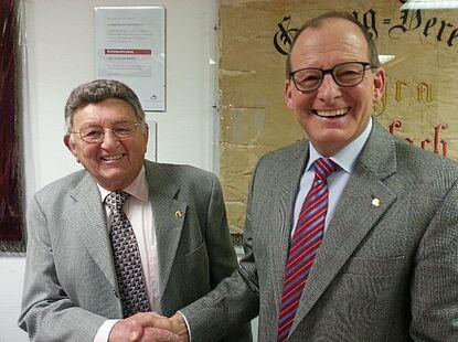 Hermann Schwander wird duch Vorstand Klaus Postweiler zum Ehrenmitglied ernannt. (v.l.n.r.)