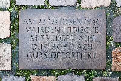 """Gedenktafel auf dem Durlacher Marktplatz an die Mitbürgerinnen und Mitbürger, die am 22. Oktober 1940 in das südfranzösische """"Camp de Gurs"""" deportiert wurden. Foto: cg"""