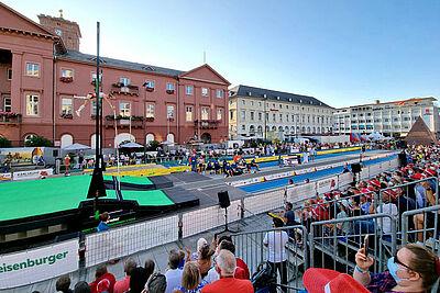 """Der Karlsruher Marktplatz verwandelte sich bei """"Karlsruhe springt"""" in eine Leichtathletik-Arena. Zuschauer und Sportler waren begeistert! Foto: cg"""