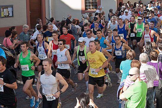 01 Turmberglauf - Der Turmberglauf ist ein flacher, schneller Stadtlauf mit einem kleinen Ausflug ins Grüne - 2011 zum 19. Mal. (73 Fotos)