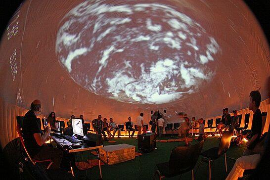 22 Orgelfabrik: The World at Night (Planetarium) - Im Rahmen der Sommerausstellung wurde in der Halle ein mobiles Planetarium betrieben. (13 Fotos)