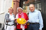 Neue Schilder an Eigentümer übergeben (v.l.): Renate Hauck, Gerda Schneider und Peter Güß. Foto: Knopf