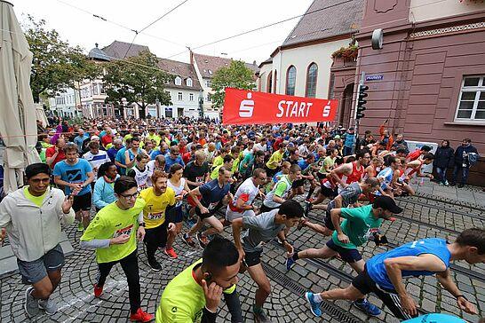 05 27. Durlacher Turmberglauf: 10-km-Volkslauf - Der Turmberglauf ist ein flacher, schneller Stadtlauf mit einem kleinen Ausflug ins Grüne - 2019 zum 27. Mal. (92 Fotos)