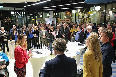 Podiumsdiskussion mit Digital-Unternehmerin Tijen Onaran (l.) als Moderatorin der Runde. Foto: cg