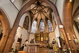 Führung mit Pfarrer Thomas Maier in der kath. Kirche St. Peter und Paul. Foto: cg